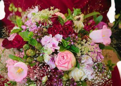 Wild-romantisch: Rosen, Marienglockenblumen, Brombeeren und Kräuter