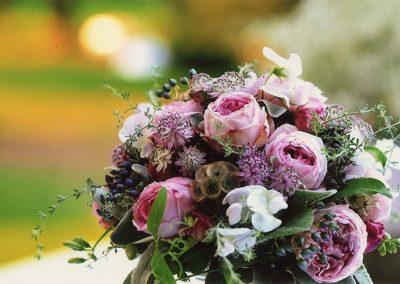 Romantischer Brautstrauß: Rosen, Astrantien,  Scabiosenfruchtstände, Wicken und Viburnumbeeren