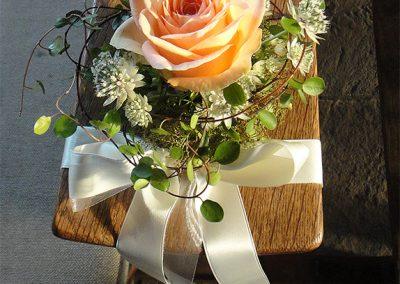 Kirchenschmuck: Rosen und Astrantien für die Kirchenbänke