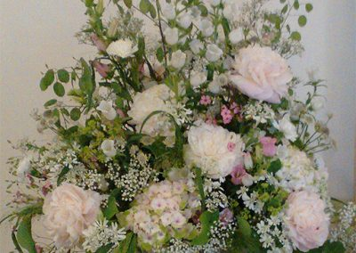 Altargesteck aus Pfingstrosen, Hortensien, Silberblatt, Glockenblumen und Schleierkraut