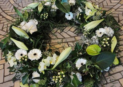 Weiß/Grün: Lilien, Anthurien, Nelken; Gerbera und Johanniskraut