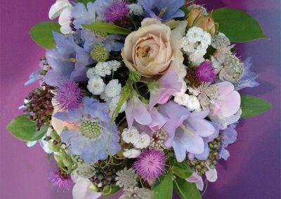 Duftiger Brautstrauß aus Glockenblumen, Scabiosen, Wicken, Astrantien und Rosen