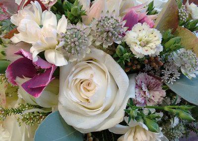 Runder Brautstrauß aus weißen Rosen, Astrantien, 3 Sorten Mininelken und Eukalyptus