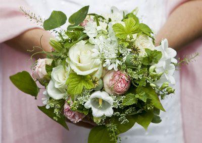 Zarter Brautstrauß mit Minze und Mohnkapseln