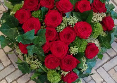 """Klassisches Herz aus Rosen """"Red Naomi"""", Efeu und grünen Bartnelken"""