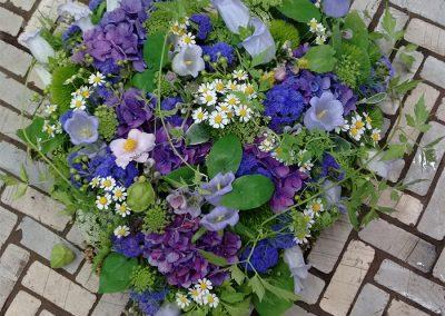 Sommerliches Herz mit Glockenblumen, Hortensien, Ageratum, Kamille und Wilder Möhre