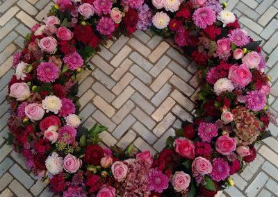 Trauerkranz im Sommer mit Rosen, Dahlien Hortensien und Astrantien