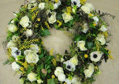 Frühlingskranz mit Anemonen, Rosen, Mimosen und Craspedia
