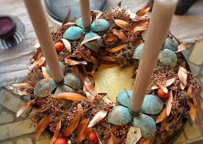 Adventskranz mit kupferfarbenem Eukalyptus