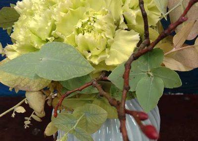 "Grüne Nelken mit Eukalyptus in ""Kähler-Vase"""