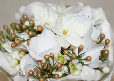 Winterbrautstrauß: Tazetten und Cyclamen mit Waxflower
