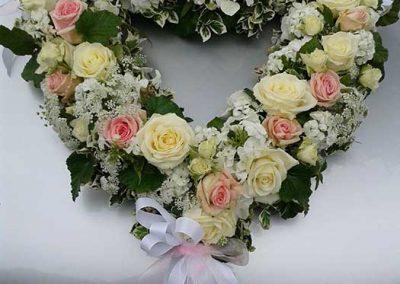 Autoschmuck mit weißen und rosa Rosen, Phlox und Ammi majus