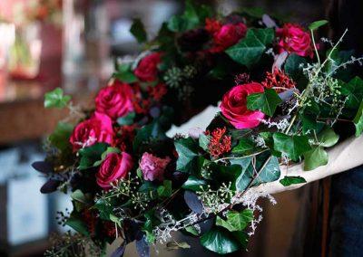 Winterlicher Trauerkranz aus Rosen (Pink Floyd) und Efeu